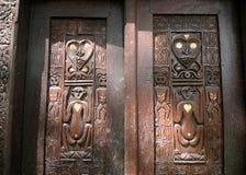 Cinzeladura de madeira nativa africana imagens de stock royalty free
