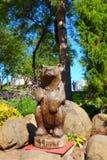 Cinzeladura de madeira, urso no parque de Muravyov Amursky, Khabarovsk imagem de stock royalty free