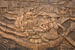 Cinzeladura de pedra da cultura tailandesa na parede do templo Foto de Stock Royalty Free