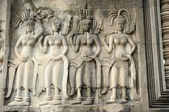 Cinzeladura de pedra dos dançarinos de Apsara, em Camboja Fotos de Stock Royalty Free