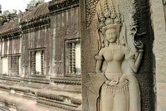 Cinzeladura de pedra dos dançarinos de Apsara, em Camboja imagem de stock