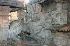 Cinzeladura do tigre da matança do homem, Halebedu, Karnataka, Índia Imagem de Stock