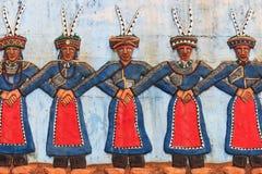 Cinzeladura nos indígenas do parque cultural de Taiwan que descreve os povos taiwaneses aborígenes que dançam no vestuário tradic foto de stock