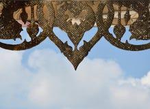 Cinzeladura tailandesa no teto do templo budista Fotografia de Stock