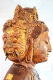Cinzelando a cara de madeira da estátua ou do Guan Yin três da deusa do Bodhisattva Imagem de Stock
