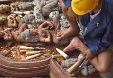 Cinzelando a escultura feito a mão de madeira Foto de Stock