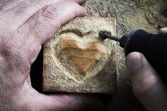 Cinzelando a forma de madeira Fotografia de Stock