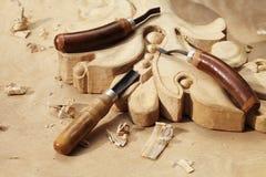 Cinzelando o close up da ferramenta no fundo de madeira fotografia de stock royalty free