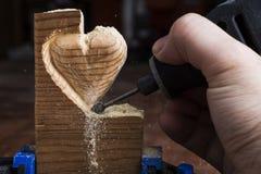 Cinzelando o coração de madeira Fotos de Stock Royalty Free