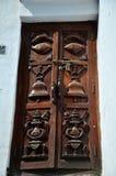 Cinzelando o estilo de nepal da porta em Kathmandu Fotos de Stock