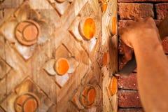 Cinzelando o polo redondo de madeira pelo formão com teste padrão tradicional tailandês fotos de stock