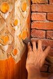 Cinzelando o polo redondo de madeira pelo formão com teste padrão tradicional tailandês fotografia de stock royalty free