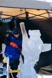 Cinzelando o skater de gelo no gelo fotografia de stock