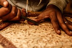 Cinzelando a tabela tradicional marroquina de madeira Fotografia de Stock Royalty Free