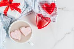 Cioccolata calda con i cuori della caramella gommosa e molle fotografia stock libera da diritti