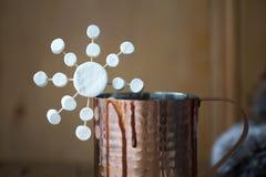 Cioccolata calda con il primo piano del fiocco di neve della caramella gommosa e molle fotografie stock libere da diritti