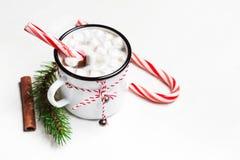 Cioccolata calda con la caramella gommosa e molle sulla tavola di legno bianca Vista superiore immagini stock