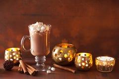 Cioccolata calda con la mini bevanda di inverno della cannella delle caramelle gommosa e molle Fotografia Stock