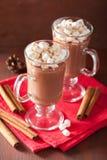 Cioccolata calda con la mini bevanda di inverno della cannella delle caramelle gommosa e molle Immagine Stock