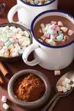 Cioccolata calda con la mini bevanda di inverno della cannella delle caramelle gommosa e molle Fotografia Stock Libera da Diritti