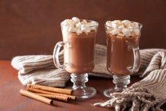 Cioccolata calda con la mini bevanda di inverno della cannella delle caramelle gommosa e molle calda Fotografia Stock Libera da Diritti