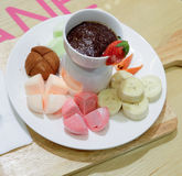 Cioccolata calda con le banane e le fragole Fotografia Stock Libera da Diritti