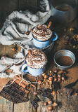 Cioccolata calda con panna montata, dadi, spezie, cacao in polvere Fotografie Stock Libere da Diritti