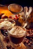 Cioccolata calda con panna montata spruzzata con cannella Fotografia Stock
