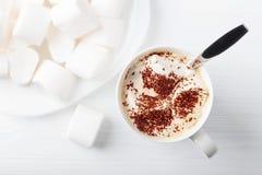 Cioccolata calda e caramella gommosa e molle spruzzate con di pepita di cioccolato Immagini Stock