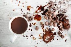 Cioccolata calda e cioccolato in polvere con cioccolato fotografia stock libera da diritti