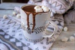 Cioccolata calda in retro tazza Immagini Stock Libere da Diritti
