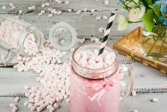 Cioccolata calda rosa con la caramella gommosa e molle immagine stock