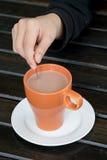 Cioccolata calda in tazza arancio immagini stock libere da diritti