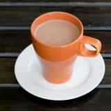 Cioccolata calda in tazza arancio Fotografie Stock