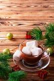 Cioccolata calda in tazza con le caramelle gommosa e molle Immagini Stock