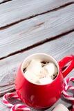 Cioccolata calda in tazza rossa Immagine Stock
