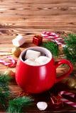 Cioccolata calda in tazza rossa con le caramelle gommosa e molle Immagini Stock