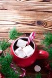 Cioccolata calda in tazza rossa con le caramelle gommosa e molle Fotografie Stock