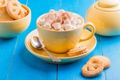 Cioccolata calda in una tazza gialla Fotografie Stock Libere da Diritti