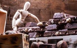 Cioccolato al latte con le intere nocciole disposte su un pallet fotografie stock