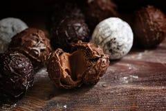 Cioccolato, assortimento delle praline rotonde del tartufo su w rustico scuro Immagine Stock
