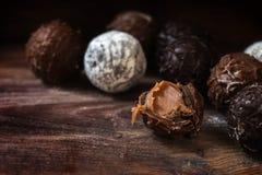 Cioccolato, assortimento delle praline rotonde del tartufo su w rustico scuro Fotografia Stock Libera da Diritti