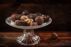 Cioccolato, assortimento delle praline su un étagère di vetro elegante Fotografie Stock Libere da Diritti