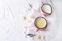 Cioccolato bianco caldo casalingo con la caramella gommosa e molle su un backgro leggero Fotografia Stock Libera da Diritti