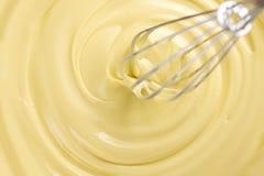 Cioccolato bianco Miscelazione liquida fusa della cioccolata bianca con un wisk Primo piano del turbinio liquido fuso della ciocc fotografie stock