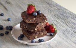 Cioccolato - brownie della ciliegia servito con il mirtillo e la fragola Fotografia Stock