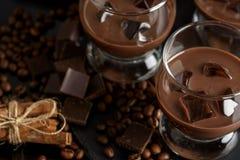 Cioccolato, caffè, liquore cremoso, cocktail con i chicchi di caffè, cioccolato e cannella Su un fondo nero Natale alcolico fotografie stock libere da diritti