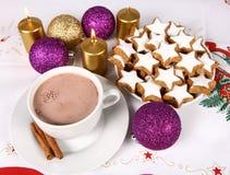 Cioccolato caldo, biscotti e candele con natale Fotografie Stock Libere da Diritti