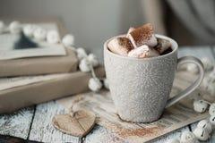 Cioccolato caldo con le caramelle gommosa e molle Immagini Stock Libere da Diritti