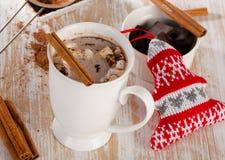 Cioccolato caldo con le caramelle gommosa e molle Immagini Stock